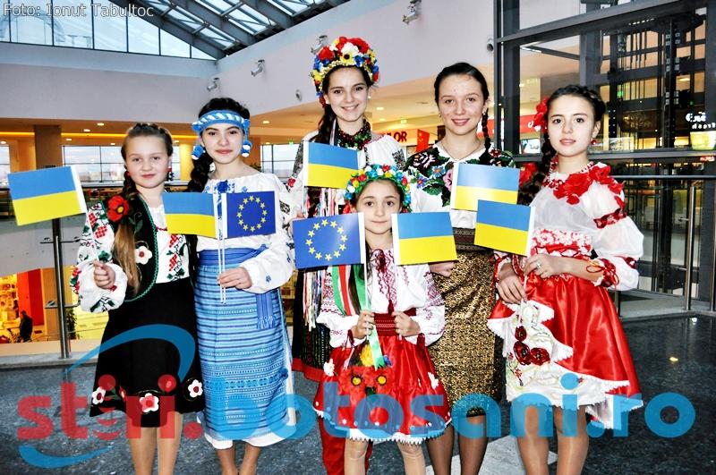 """Parada a costumelor populare din Romania, Ucraina si Republica Moldova, in cadrul Festivalului International """"Muzica pentru toti"""" - FOTO, VIDEO"""