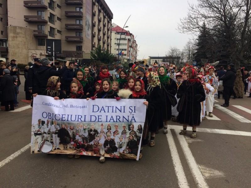 Paradă de datini şi obiceiuri pe străzile din municipiul Botoşani- FOTO, VIDEO