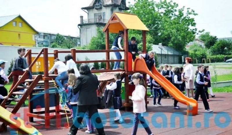 Pare glumă. Ministrul Sănătății: Locurile de joacă vor rămâne închise și după 15 mai