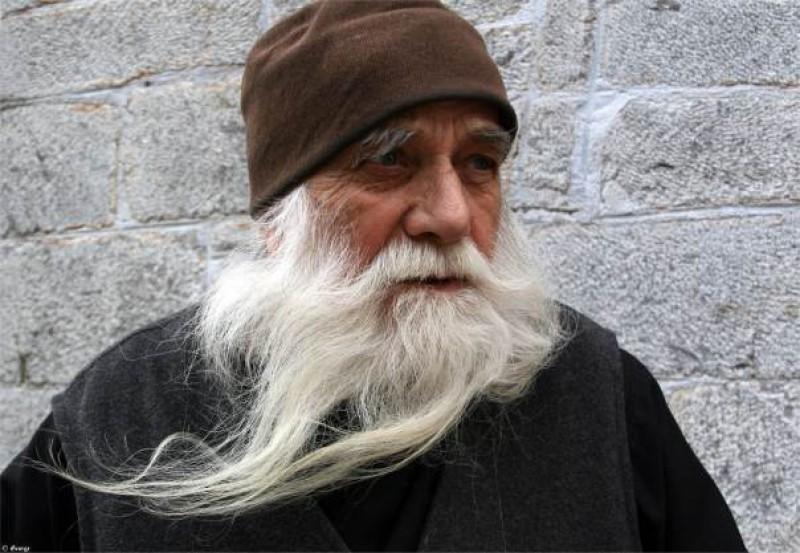 Părintele Iulian Lazăr, născut în Vorona, duhovnicul românilor de la Athos, este grav bolnav!