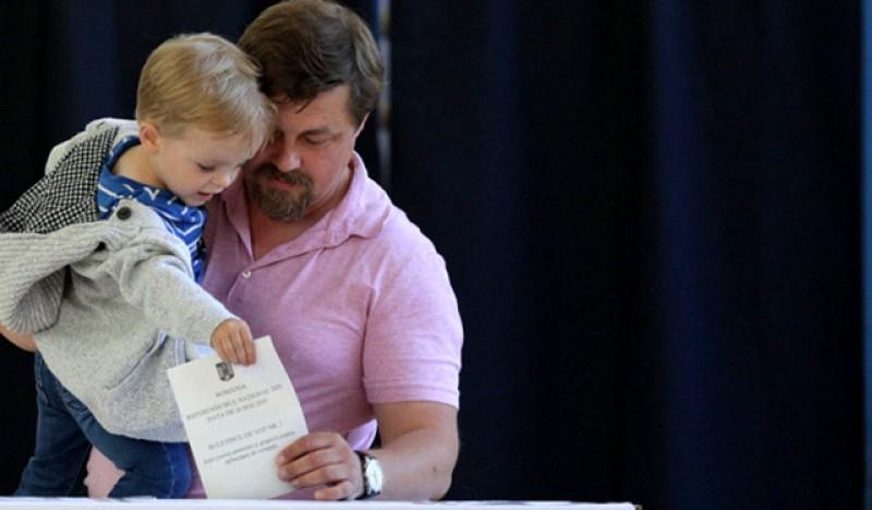 Părinții pot merge cu copiii la votare. Singura interdicție este legată de nepurtarea măștii la cei peste 5 ani