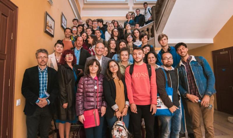 """Participanții la proiectul Erasmus+ """"Smart phones for smarter students"""", primiți cu entuziasm la Primăria Botoșani!"""
