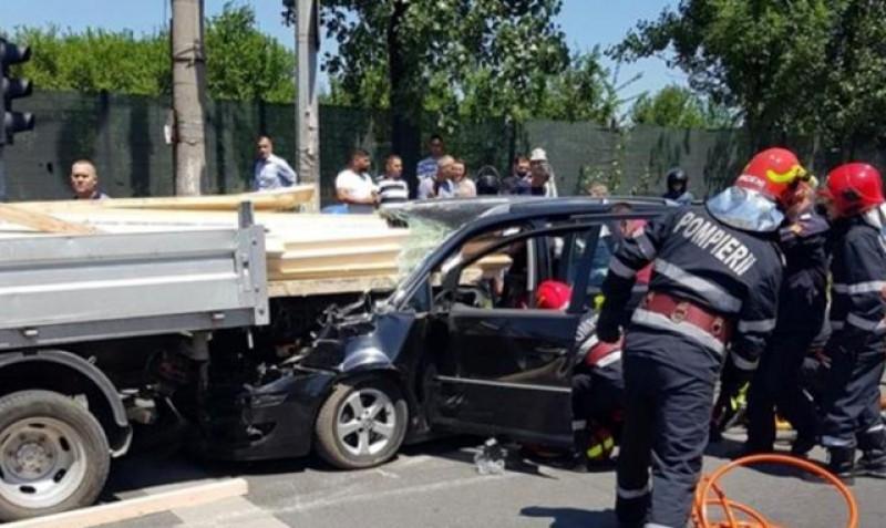 Păstrați distanța regulamentară! Accident cumplit: nu a avut distanța necesară de frânare iar scândurile dintr-o camionetă din față i-au intrat în mașină prin parbriz