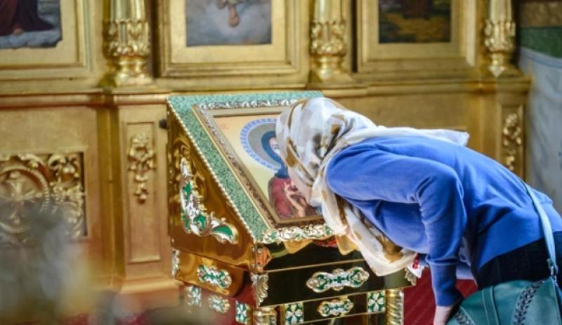 Patriarhia Română face un apel la responsabilitate din partea credincioșilor bolnavi: să nu mai meargă la biserică și să nu mai sărute icoanele din lăcașurile de cult