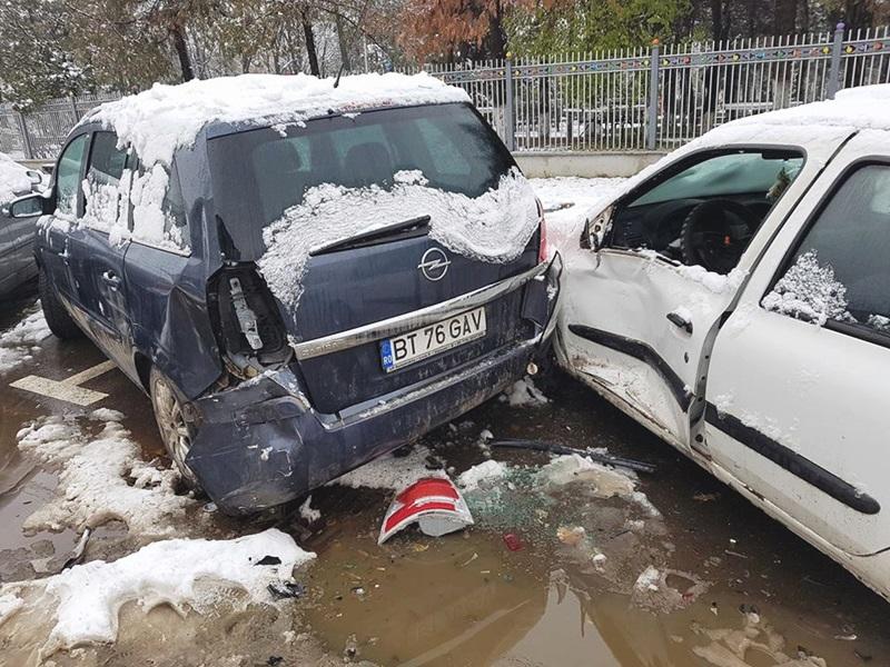 Patru maşini avariate pe o stradă din municipiul Botoşani de un şofer vitezoman! FOTO