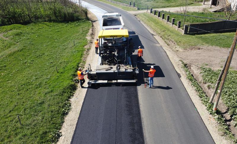 Pe DJ 292A, Corlăteni – Dimăcheni, a început să se toarne primul strat de asfalt