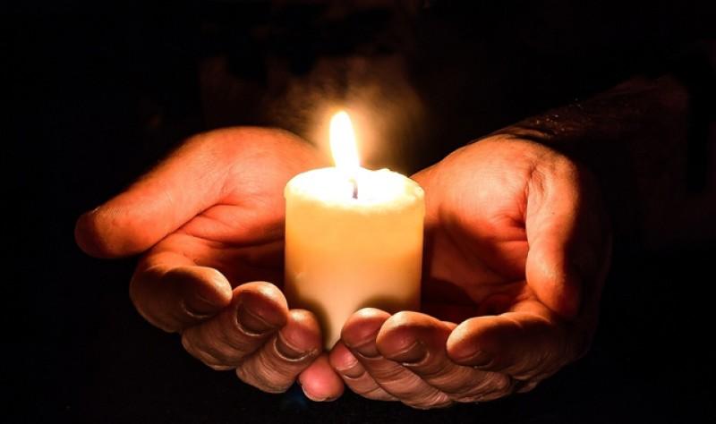 Pelerinajul de Florii se suspendă iar în noaptea de Înviere, credincioşii cu candelele aprinse, pot ieşi doar la ferestre