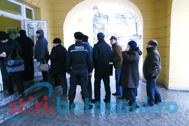 Pensionarii au luat cu asalt Primăria pentru a se înscrie la petrecerea de Revelion! FOTO