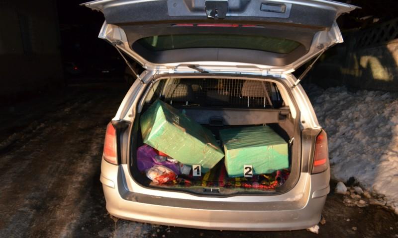 Pentru 300 de lei: Cercetat pentru contrabandă, după ce a fost prins cu 20.000 de țigarete în mașină! FOTO