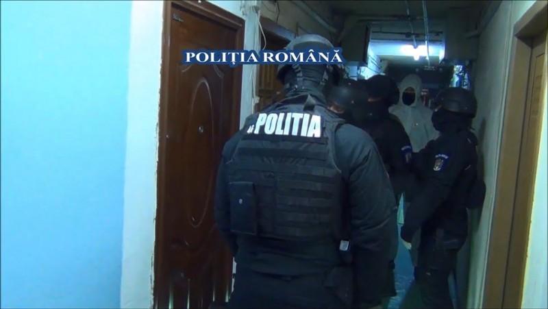 Percheziții în locuința unui tânăr de 16 ani, care ar fi făcut cumpărături cu cardul unei bătrâne din Botoșani