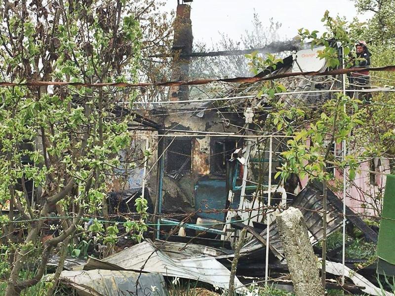 Pericol de explozie înlăturat de pompierii din Săveni! 11 butelii scoase dintr-o casă în flăcări!
