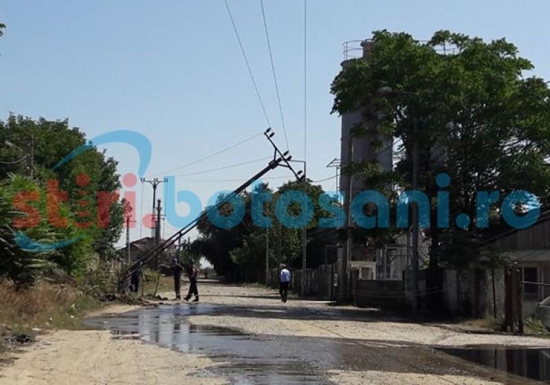 Pericol pe o stradă din Botoșani! Un șofer a rupt un stâlp de electricitate și a fugit! FOTO