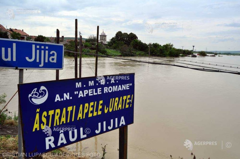 Pericol peste râul Jijia. Un pod care leagă localităţile Dimăcheni şi Mateieni, s-a surpat