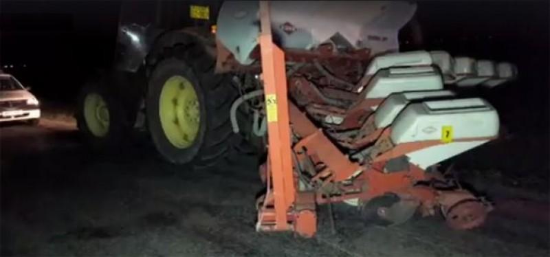 Pericol public: Autoturism aruncat în șanț de un tractor care avea agățată o semănătoare nesemnalizată!