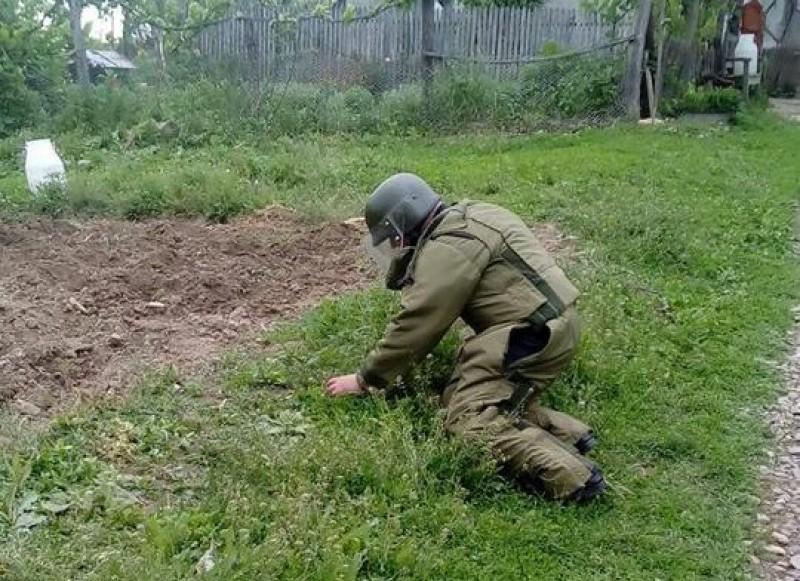Pericolul de lângă drum: O grenadă de război, găsită de un sătean! FOTO