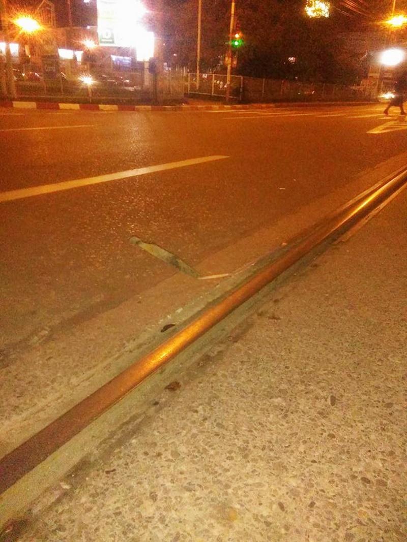 Pericolul de pe străzile din Botoșani! Mașină distrusă pe linia de tramvai! FOTO