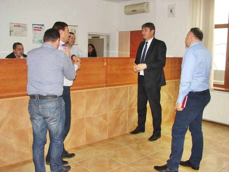 Prefectul Dan Șlincu, în vizită la Serviciul de Permise. Deficitul de personal și salariile mici, principalele nemulțumiri ale angajaților - FOTO