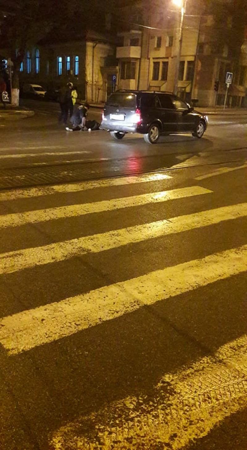 Persoană rănită grav după ce a fost acroşată de o maşină pe trecerea de pietoni