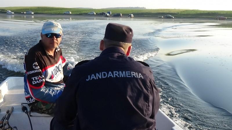 Pescari amendați de jandarmi! FOTO