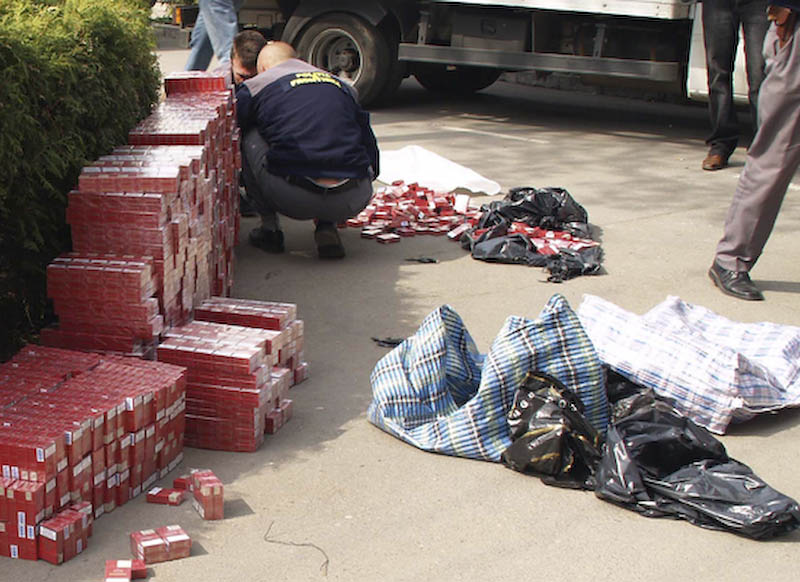 Peste 200 de pachete de tigari confiscate de politistii comunitari
