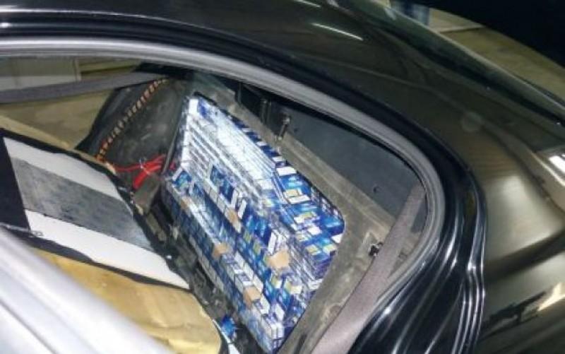 Peste 200 de pachete de țigări de contrabandă, într-o mașină trasă pe dreapta la Văculești!