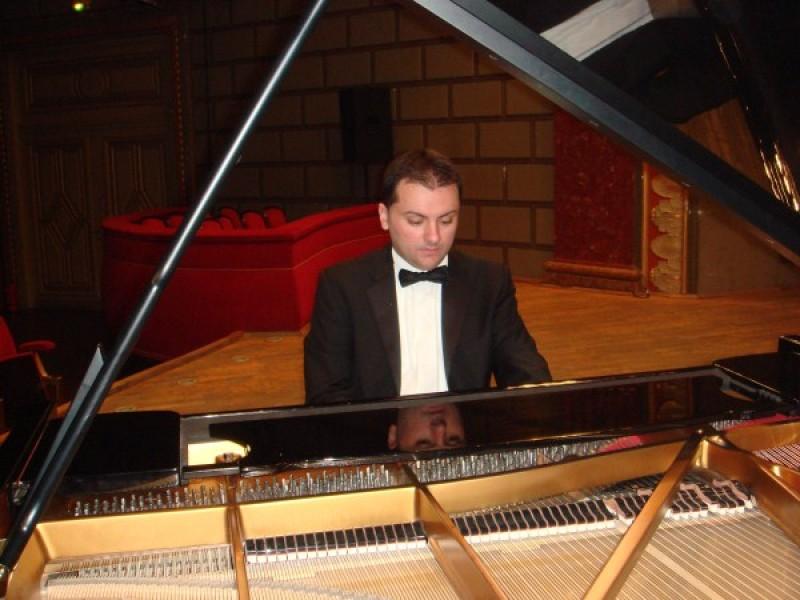 Pianistul Răzvan Dragnea, pe scena Filarmonicii Botoşani!
