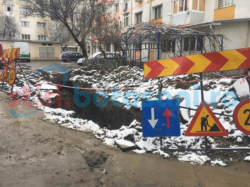 Pierdere importantă de apă într-un cartier din Botoşani! Apa curge de câteva zile - FOTO, VIDEO