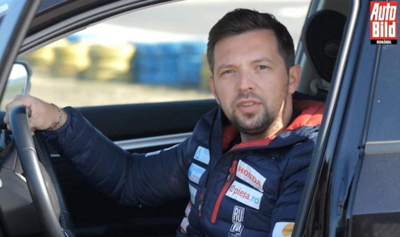Pilotul Adrian Grigore îți explică circulația corectă a mâinilor pe volan