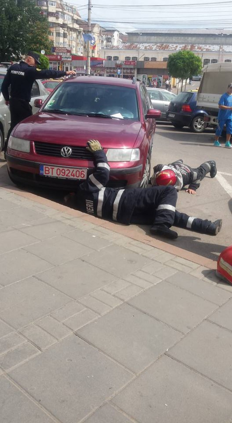Pompieri chemați să salveze o pisică de sub o mașină