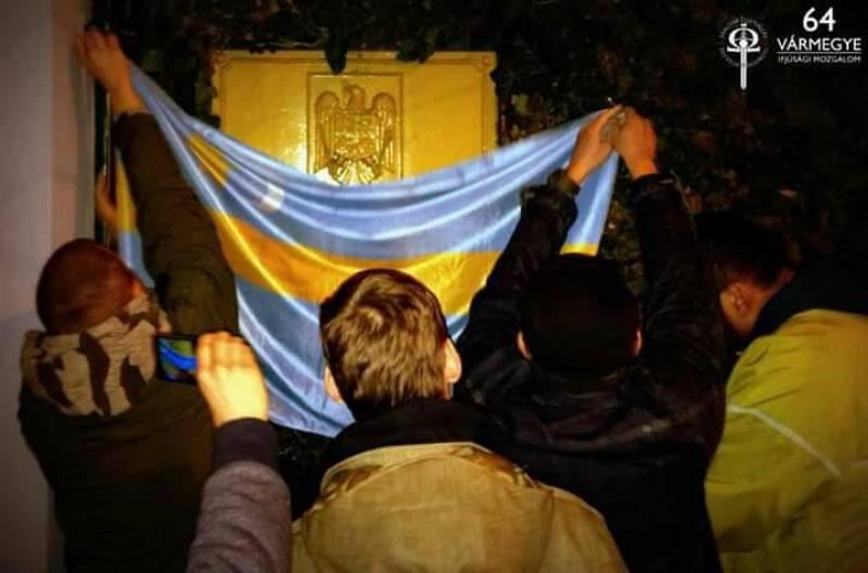 Placa Ambasadei Romaniei din Ungaria, acoperita cu steagul Tinutului Secuiesc!