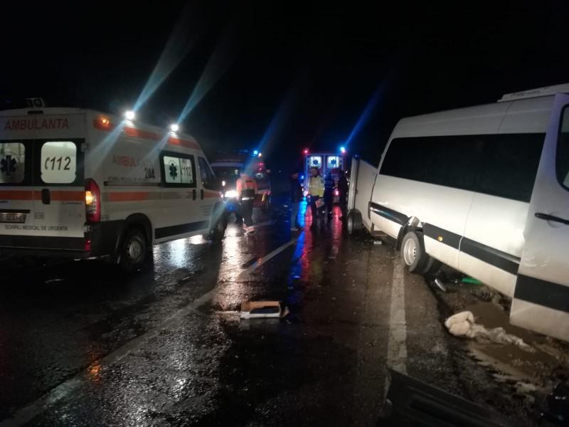 Plan ROȘU la Iaşi: Impact între două microbuze pline de călători la Lețcani