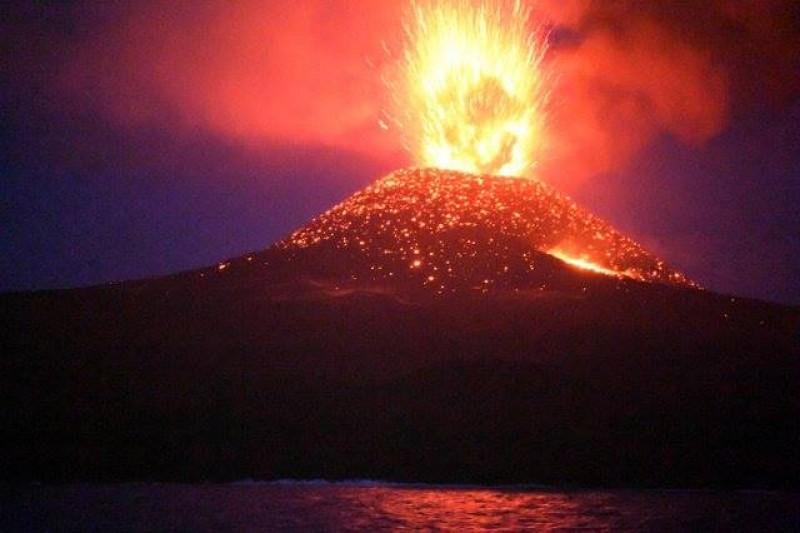 Planeta clocotește! Mii de persoane au fost evacuate după ce vulcanul Ubinas din Peru a început să erupă!