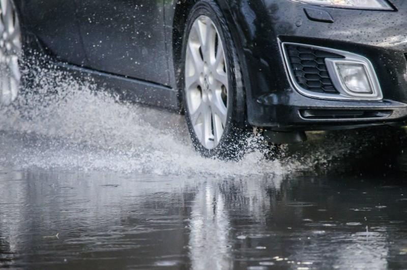 Ploaia și viteza la volan, rețetă sigură pentru accidente rutiere!