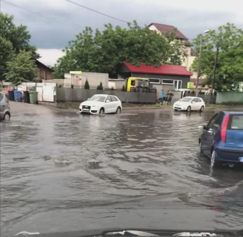 Ploaia torențială de vineri a inundat străzile din municipiul Botoșani