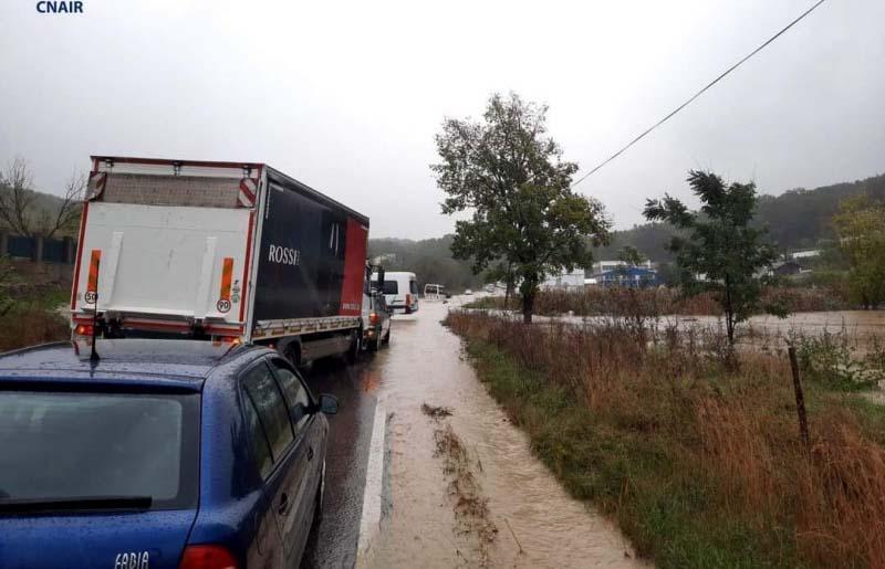 Ploile fac ravagii. Trafic blocat în zona Lebăda, gospodării inundate. Pompierii sunt în alertă