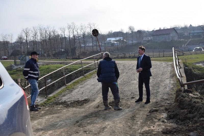 Pod afectat şi reclamat de săteni, vizitat de prefectul Dan Şlincu! FOTO