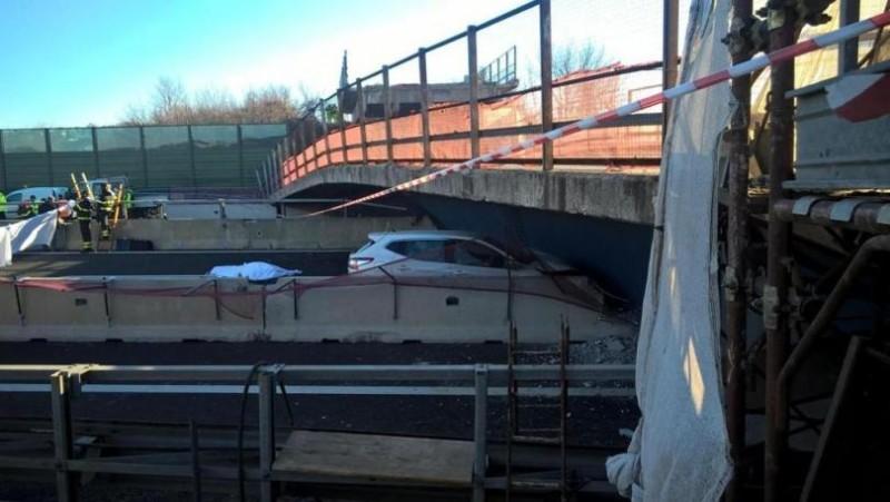 Pod prăbușit peste o autostradă în Italia. Doi italieni au murit, TREI ROMÂNI sunt răniți! VIDEO