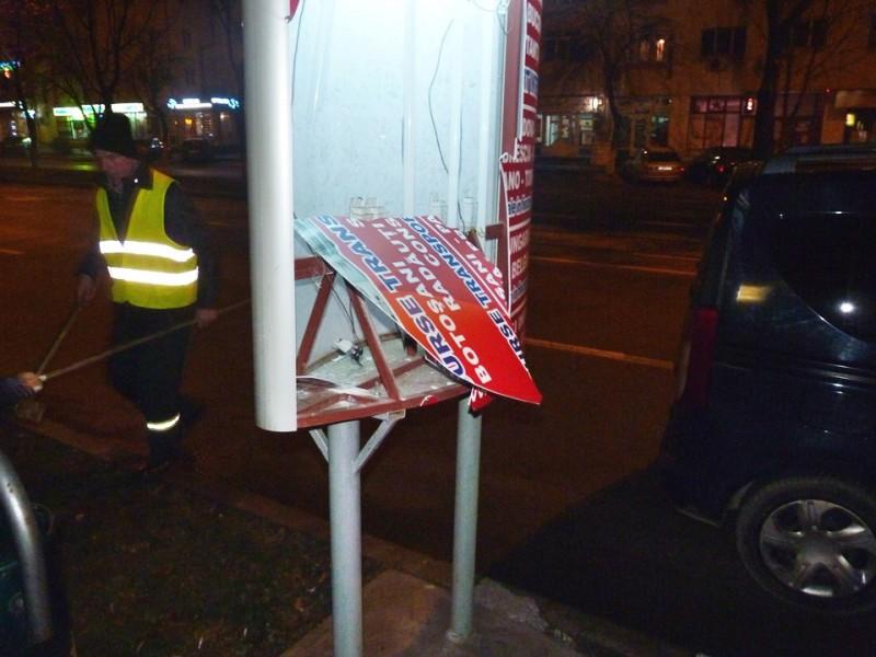 Tineri prinși în timp ce vandalizau un panou publicitar!