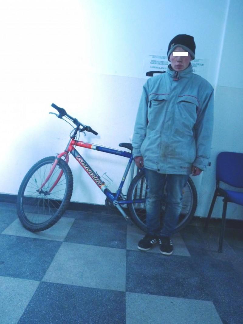 A ajuns la poliţie după ce s-a plimbat cu o bicicletă pe strazi toată noaptea