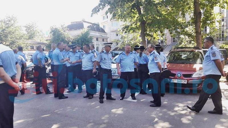Polițiștii locali s-au adunat la primărie și cer salarii mai mari - FOTO