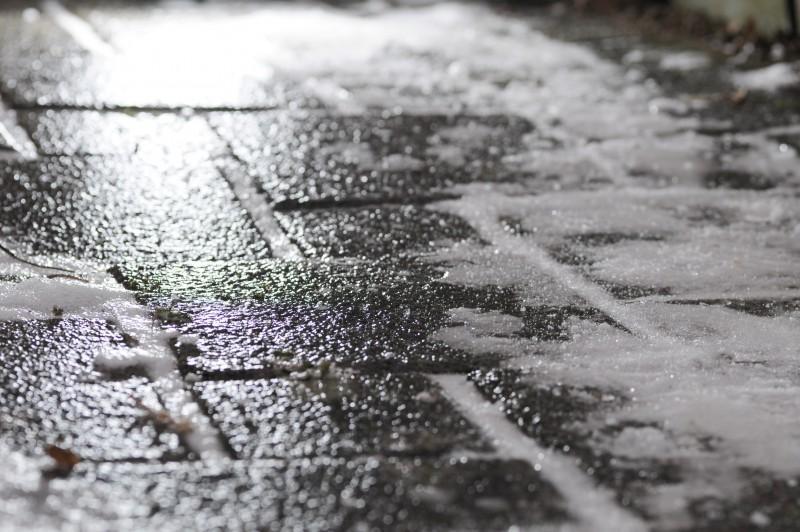 Poliția Locală avertizează botoșănenii și societățile să curețe gheața și zăpada din jurul imobilelor deținute