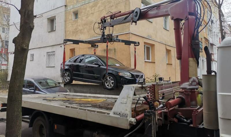 Poliția locală ridică mașinile parcate neregulamentar în municipiul Botoșani