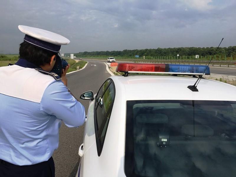 """Poliția Română: """"Heiii... Pssstttt... șoferule... fii atent la pontul zilei! Cum scapi de amenzile pentru viteză"""""""