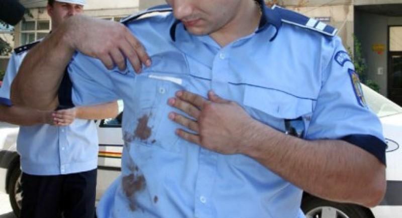 Poliţist bătut de un bărbat ce trebuia transportat la spital!
