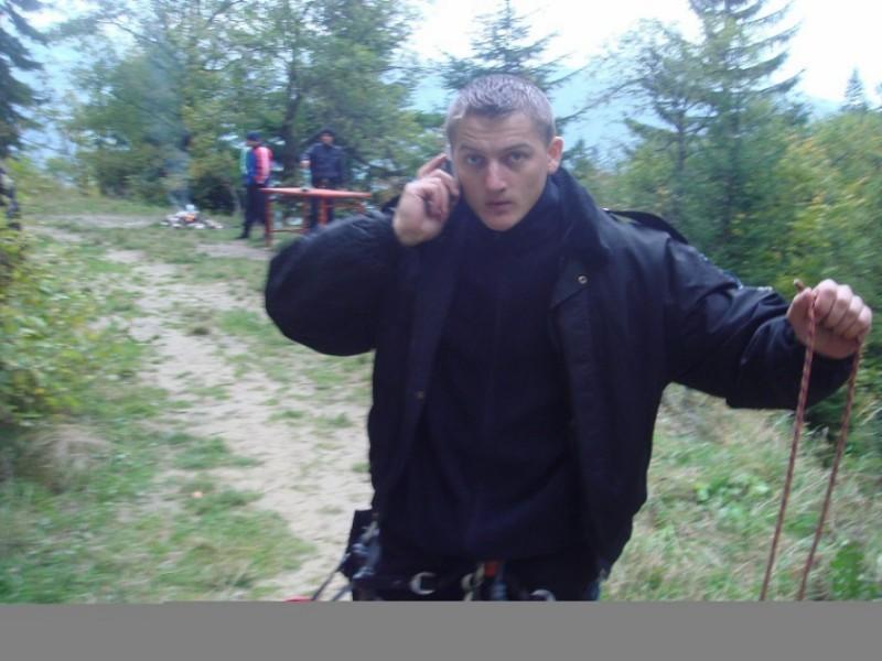 Politist în comă, după ce a fost lovit în cap cu o sabie în timpul unei percheziții la traficantii de droguri. Mesajul ministrului!