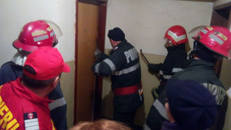 Polițiști, pompieri și echipaj de ambulanță, la ușa unui apartament din Botoșani. Un bărbat amenința că incendiază casa, în care se afla cu tatăl său