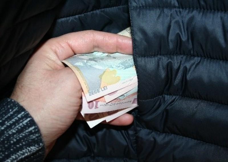 Polițiștii au prins în flagrant un tânăr de 18 ani: Furase banii unui botoșănean, în stația de maxi-taxi!