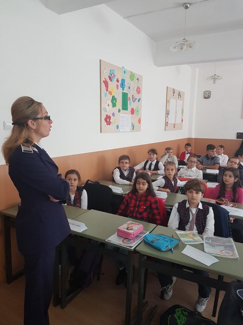 Poliţiştii botoşăneni alături de elevii Şcolii Gimnaziale nr.7 Botoşani în Săptămâna prevenirii criminalităţii