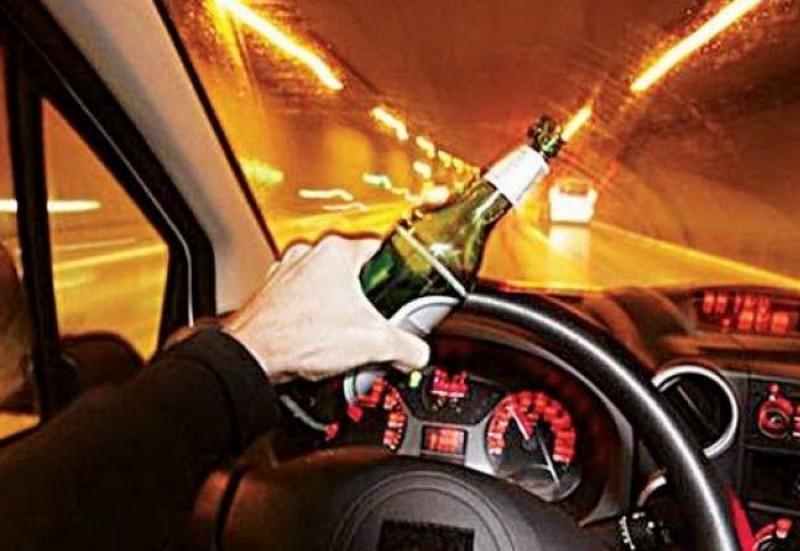 Polițiștii i-au reținut permisul, el a băut bine și s-a urcat din nou la volan!