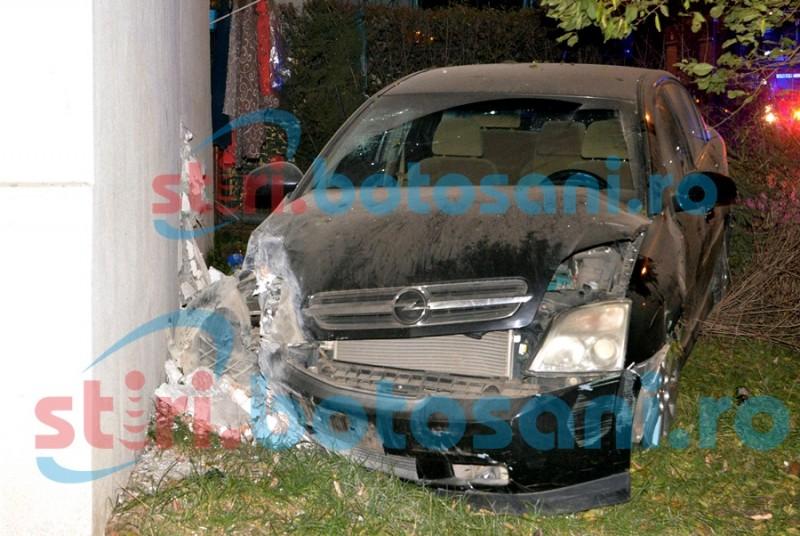 Polițistii l-au prins pe șoferul care a intrat cu mașina într-un bloc: Are 18 ani, nu posedă permis și s-a ales cu patru acuzații!